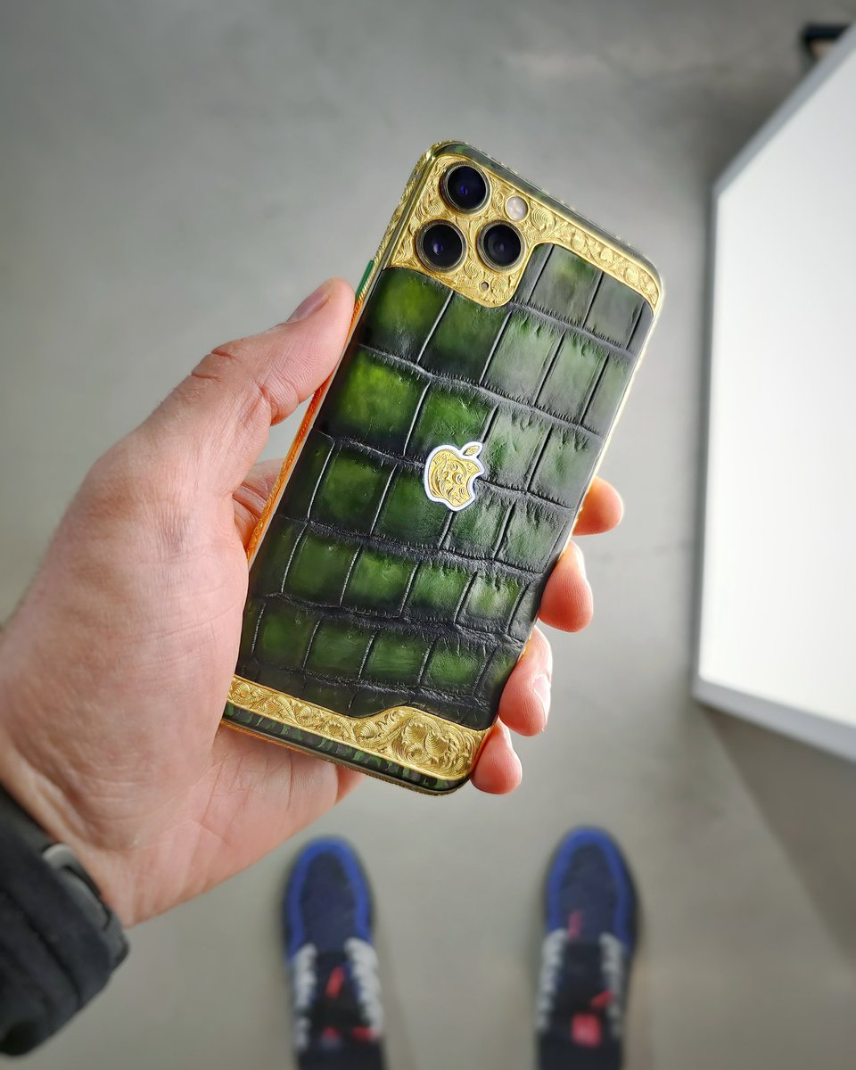Retweet this tweet for your chance to win this $5000 luxury phone. Good luck! https://t.co/dg03dU1dLn