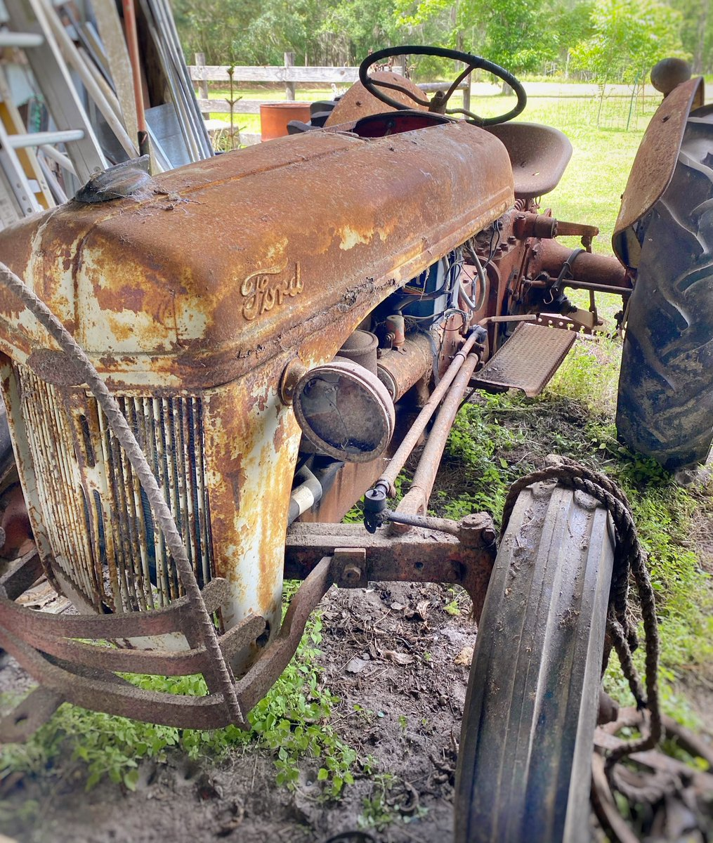 The old Ford tractor that sits in my father's barn (originally belonged to my grandfather) 🚜 #loveFL