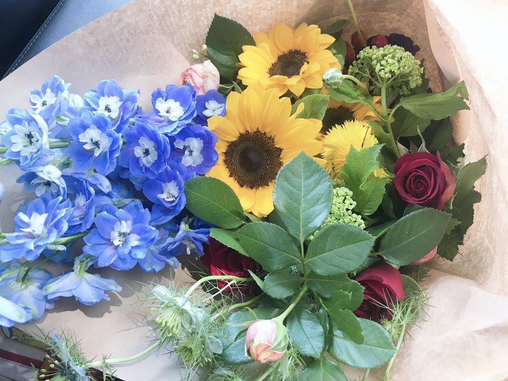 コロナの影響で私はまた過去の自分に戻れる事が出来た。私は無類の花好き。幼稚園の頃から花を眺めているのが好きな寡黙な少女だった。悩み苦しんだ時も助けてくれたのはお花だった。そして何より占いにおいて桃花法という恋愛運をあげる方法がお花にはあるんです。お花を飾りませんか?