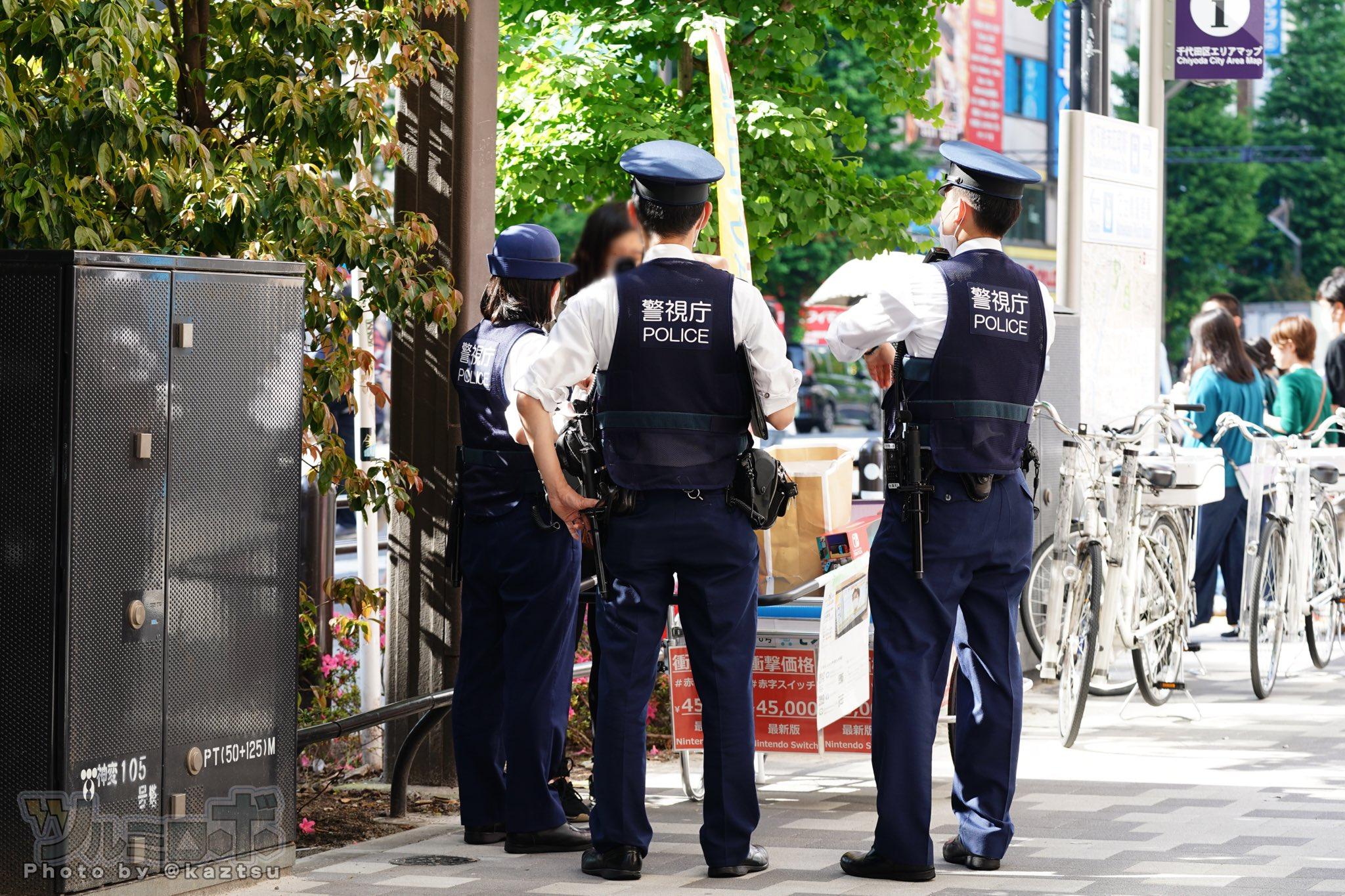秋葉原・中央通り、ニンテンドースイッチの路上販売。お値段45,000円らしく警察関係の方たちに取り囲まれておんなのひとガチ泣きしてる
