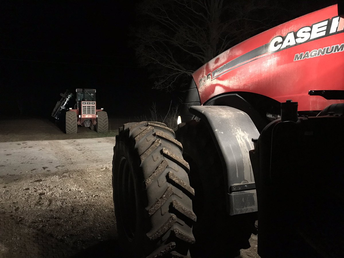 "We've got ourselves a midnight showdown. @Case_IH #international. You can almost hear the 4386, ""back in my day..., we knew how to drive straight on our own!"" pic.twitter.com/Hpaz4XW0rs"