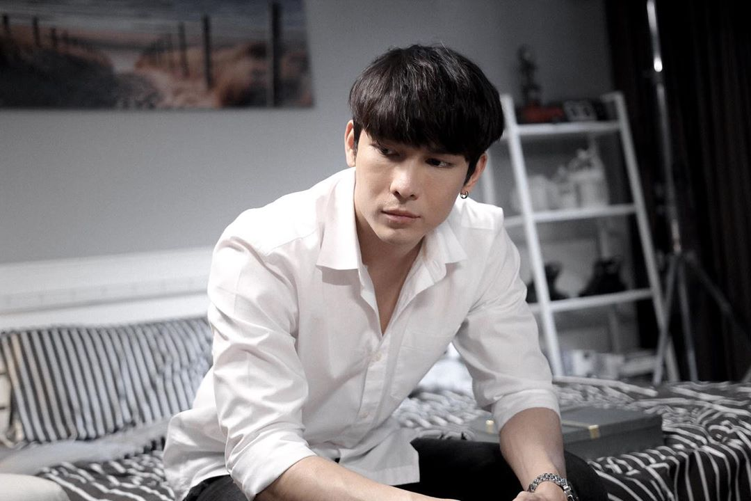 Mew has all the striking traits of an amazing METHOD actor: Determination, Charisma, Ambition, Discipline and Hardwork. He's the kind of artist so devoted and committed to his craft, works himself to the bone and makes it all look so easy, natutal and effortless.
