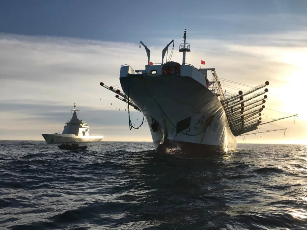 Capturaron otro barco chino frente a las costas de Madryn con 300 toneladas de pescado en su bodega  La Armada Argentina detectó y capturó este lunes a la madrugada a un buque potero chino que pescaba ilegalmente dentro de la Zona Económica Exclusiva argentina. Diario jornada https://t.co/Q2WUJfscVo