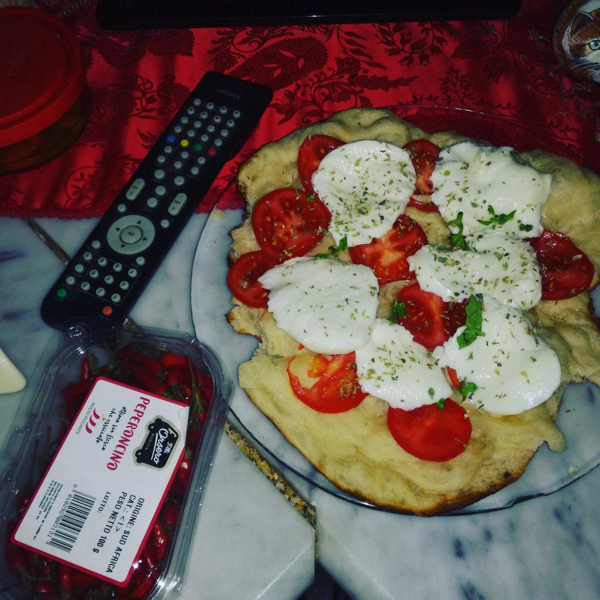 Una post e past domenica,con TV pizza e....Mandolino . Buona domenicasera pic.twitter.com/07tc2ky3wf