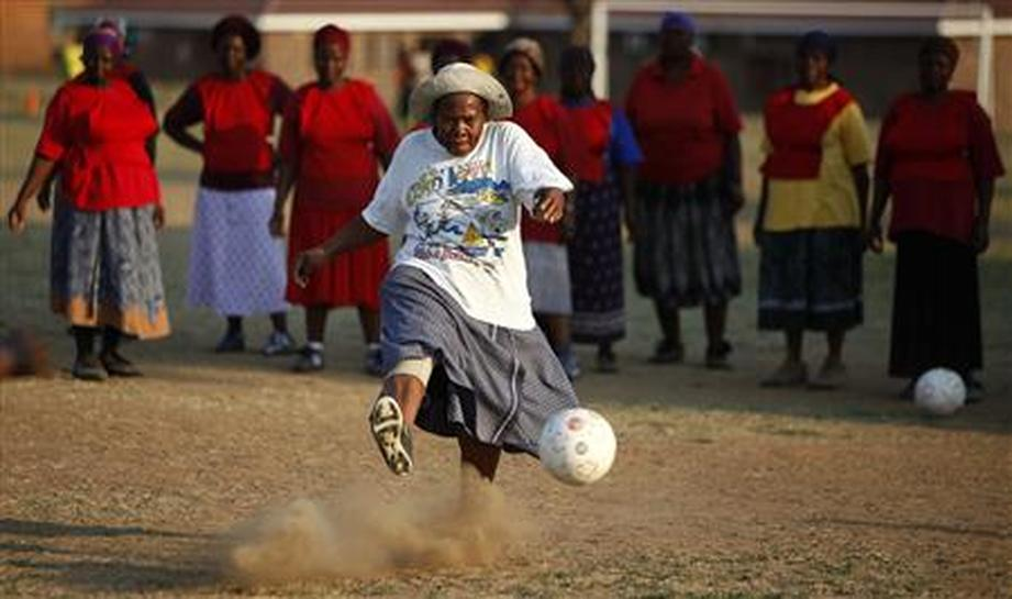 """WomensSportsNetwork on Twitter: """"#FOOTBALL - ♀VIDEO Alive & Kicking in RSA  The soccer grannies of South Africa WATCH: https://t.co/2aXvr0Xwrn VIA:  @footieshortsorg @WSNet… https://t.co/dQP7qFGFzW"""""""