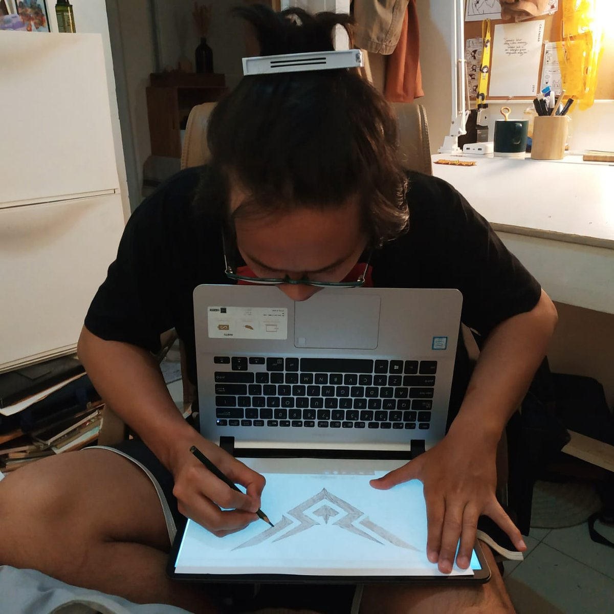 """😞: """"Pen beli meja tracing tapi mahil, gimana yak?"""" Me, tracing 👉 https://t.co/2NbZVvYMJp"""