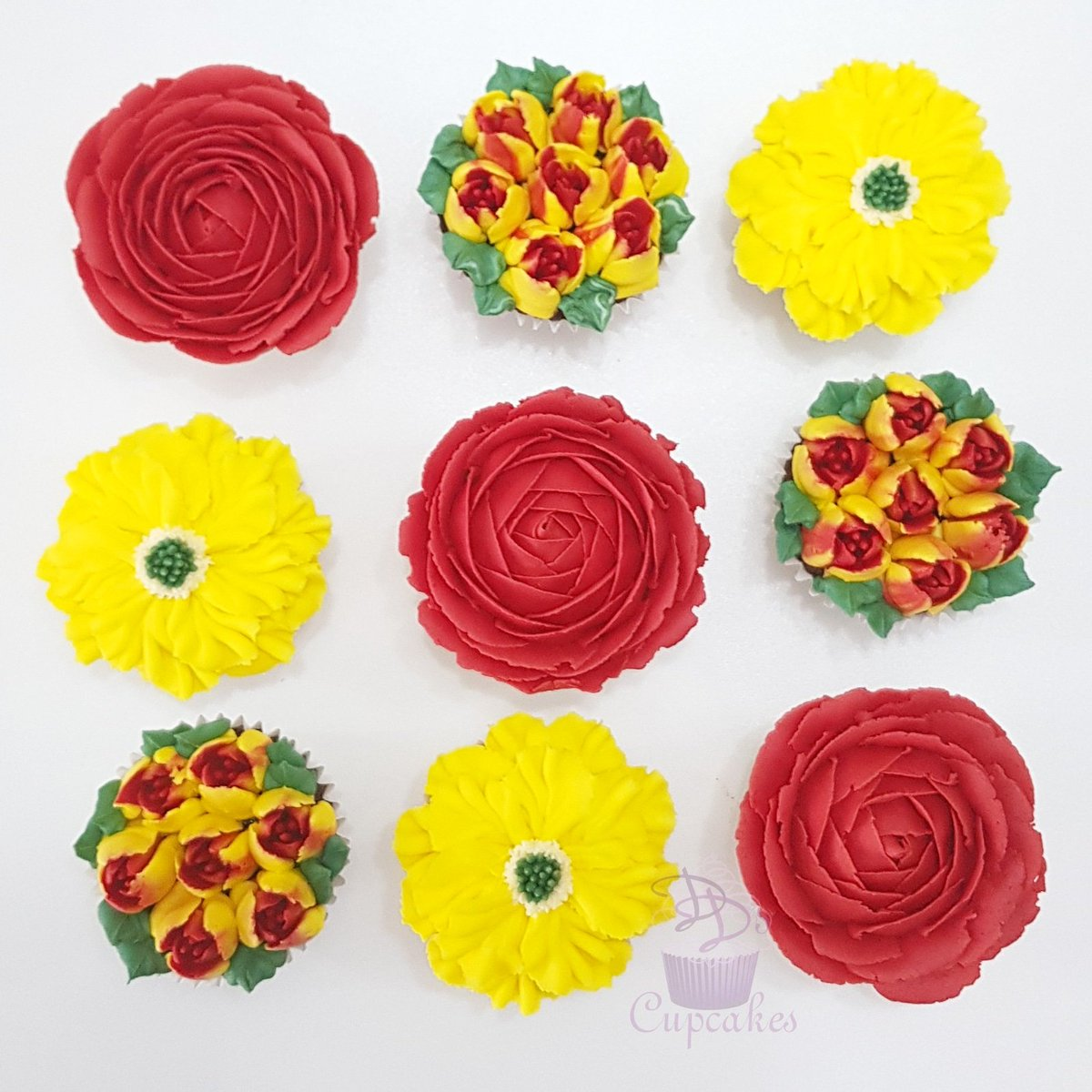 Buttercream flowers - Scabiosa, Roses & Tulips http://www.dds-cupcakes.com   #sbs #queenof #BoostTorbay #devonfood #buttercreamart #smartsocial #buttercreamflowers #artisanbaker #ddscupcakes #cupcakespic.twitter.com/RAKnffEIW0
