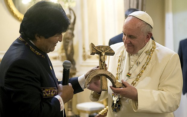 Evo Morales just loved giving stuff to the Pope. <br>http://pic.twitter.com/Z8BkrAKuVC