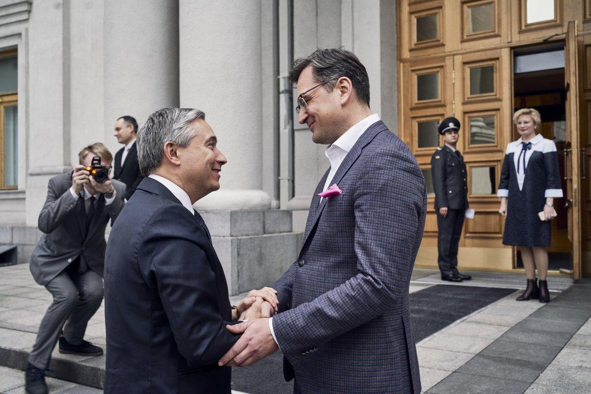 Ministre Champagne a discuté de la crise #COVID19 avec son homologue @DmytroKuleba et a réitéré l'engagement du Canada envers la souveraineté, la stabilité et de la prospérité de l'#Ukraine. 🇨🇦 et 🇺🇦 restent en contact sur l'enquête du vol #PS752. #Ensemble 📷: 3/5/2020 https://t.co/U8VlJ20ZNF