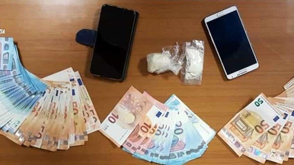 Sorpresi dietro casa a spacciare cocaina: uno dei ...