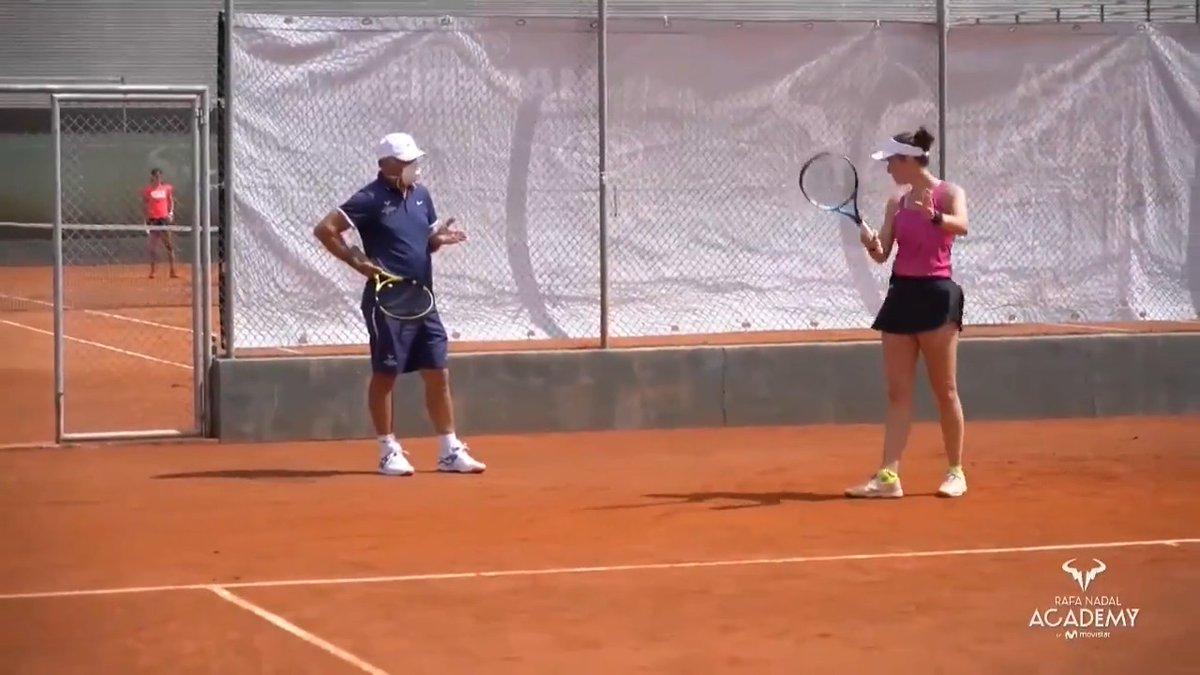 """📽️ Con la llegada de la Fase I de la #desescalada a Mallorca, el tenis ha vuelto a la @RNadalAcademy, eso sí, con mascarillas 🎾🔙😷  Su director, Toni Nadal, explica que aunque su uso pueda resultar algo incómodo, """"al final te acostumbras"""" ⤵️ #RafaNadalAcademyByMovistar https://t.co/a57YaJ7OpU"""
