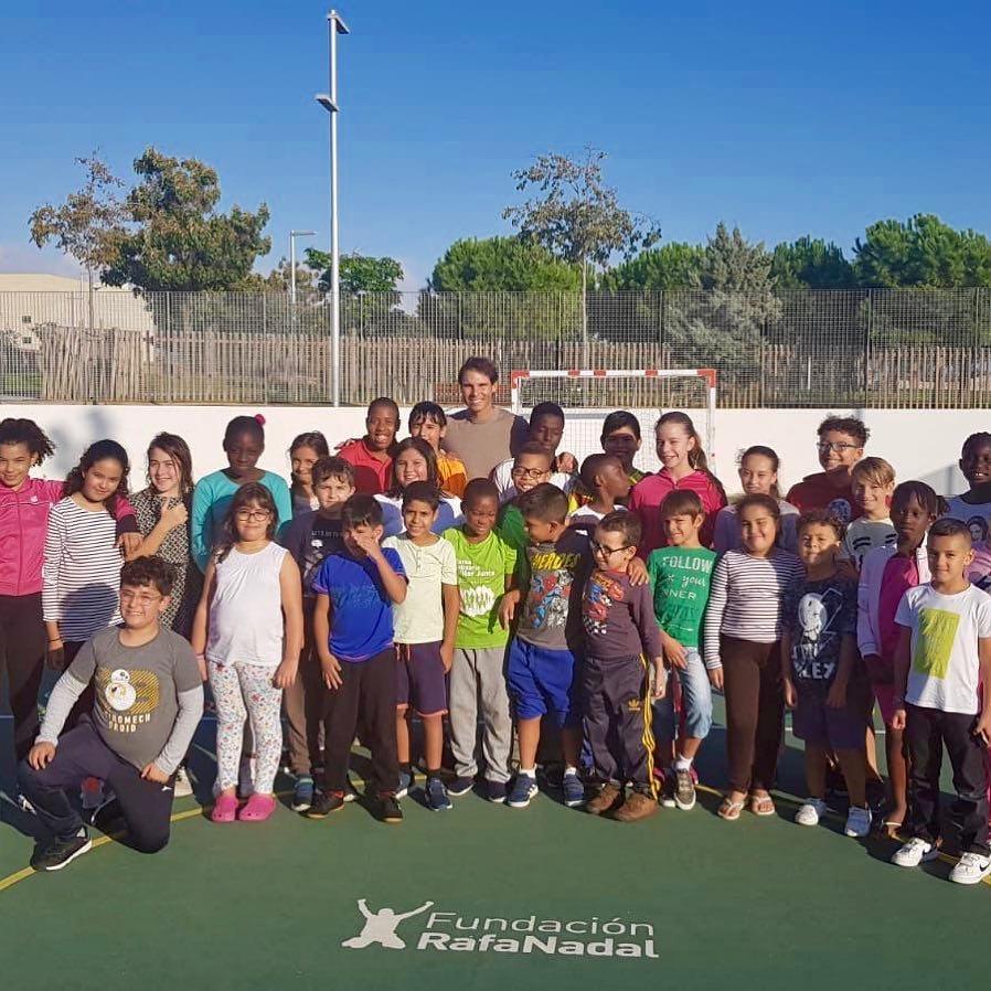 Nadal le gusta dar a la organización benéfica. Trabaja con una organización benéfica llamada Fundación Rafa Nadal. Su misión es dar a los niños con discapacidades confianza con el deporte y la comunidad. #RafaelNadal #RutinaDiaria #FundaciónRafaNadal https://t.co/3z2FYxaTnx