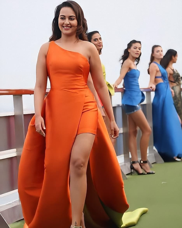 #fashionshow  #rampwalk #sonakshisinha #sonakshisinhahot #sonakshi #sonakshi_sinha #sonakshisinhafc #sonakshisinhafanclub #sonakshisinhafans #sonakshisinhauniverse   #bollywoodactress #sona #thigh #thunderthighs #sexythighs #sexydresses #hotsonakshi #pokie #sexyshapepic.twitter.com/3vAChUd3ZW