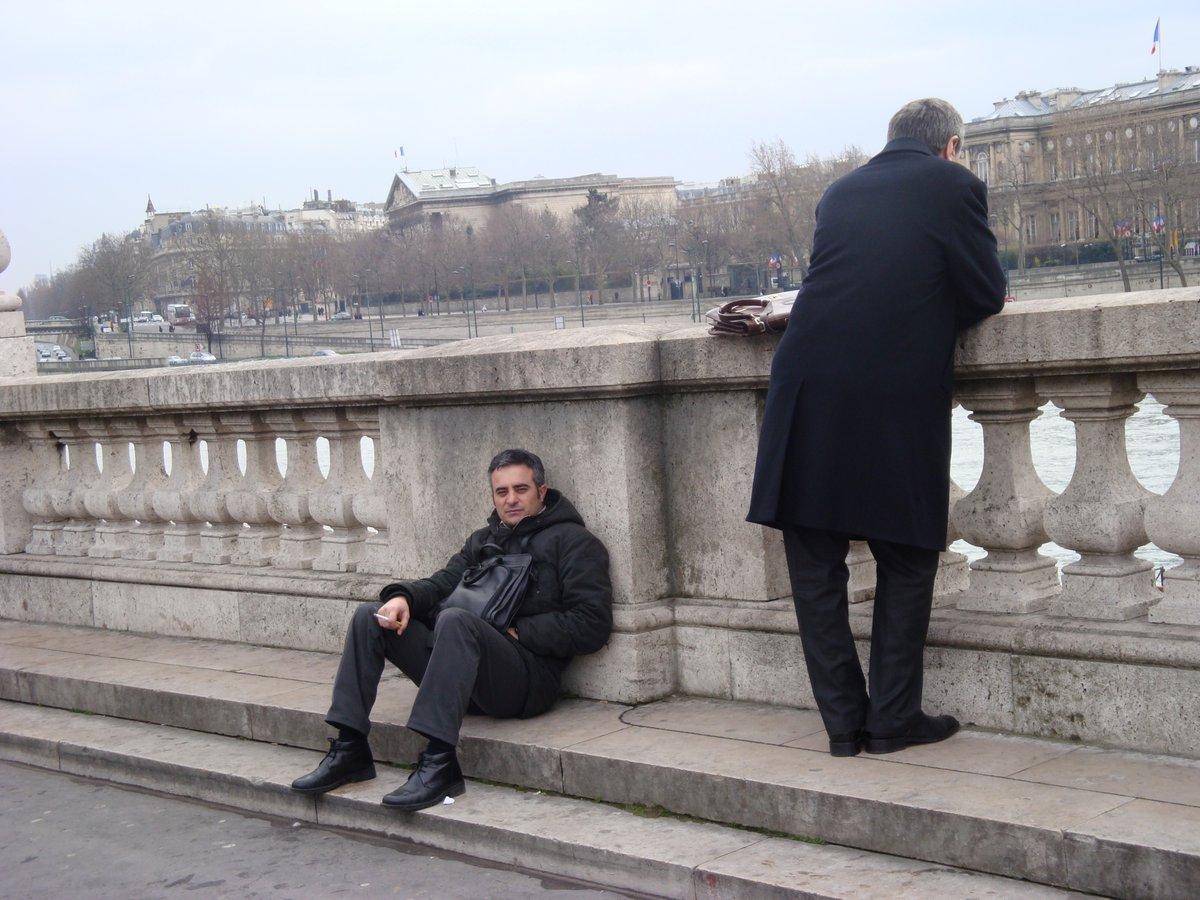 """Hüseyin Su Sen nehrine dalmış, Akif Bey bu anı kadraja yerleştirmekle meşgul, ona bakıyorum. Akif Emre: """"bağımsız"""", Mayıs göçeri... Sevgi, özlem ve rahmetle. (2009 Paris) https://t.co/c3DnjgdW58"""