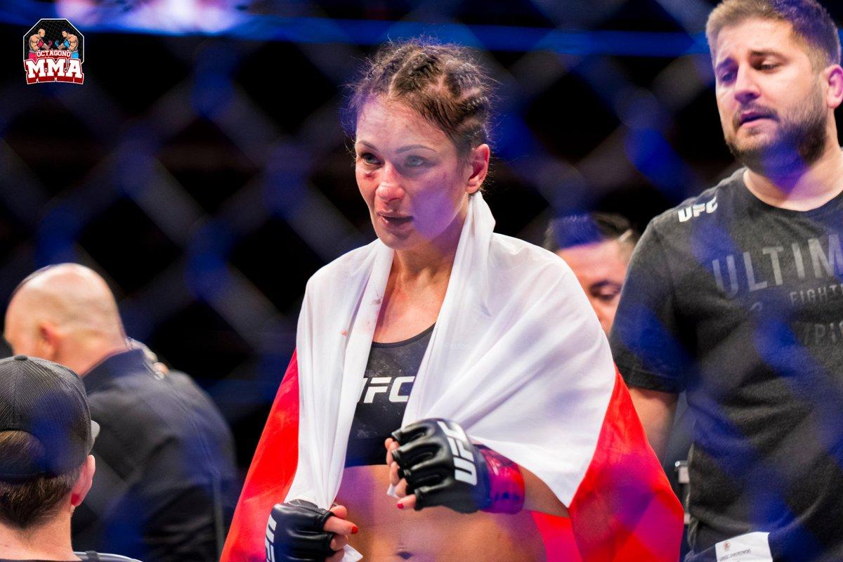 . @KarolinaMMA es una peleadora polaca de #artesmarcialesmixtas. A finales de octubre de 2015, se anunció que Kowalkiewicz había firmado con la #UFC. Actualmente compite en la categoría de peso paja femenino de #UltimateFightingChampionship. #ufcnoticias #octagonomma #MMA https://t.co/u9B0LGMXc8
