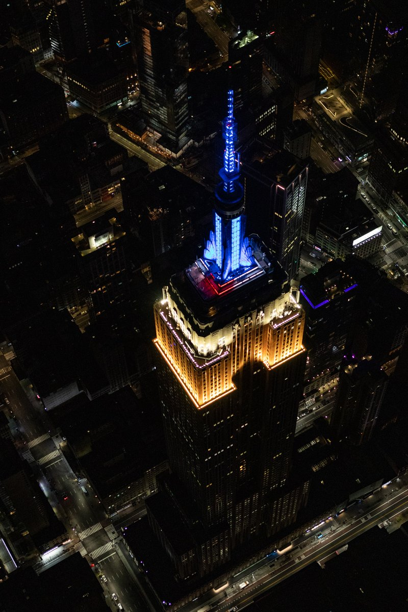 Our lights shine for the @FDNY tonight, as we glow in dynamic blue, white & yellow with ESB's signature heartbeat effect for National EMS Week. #ESBright : @flyNYONpic.twitter.com/hZrhIowL5o