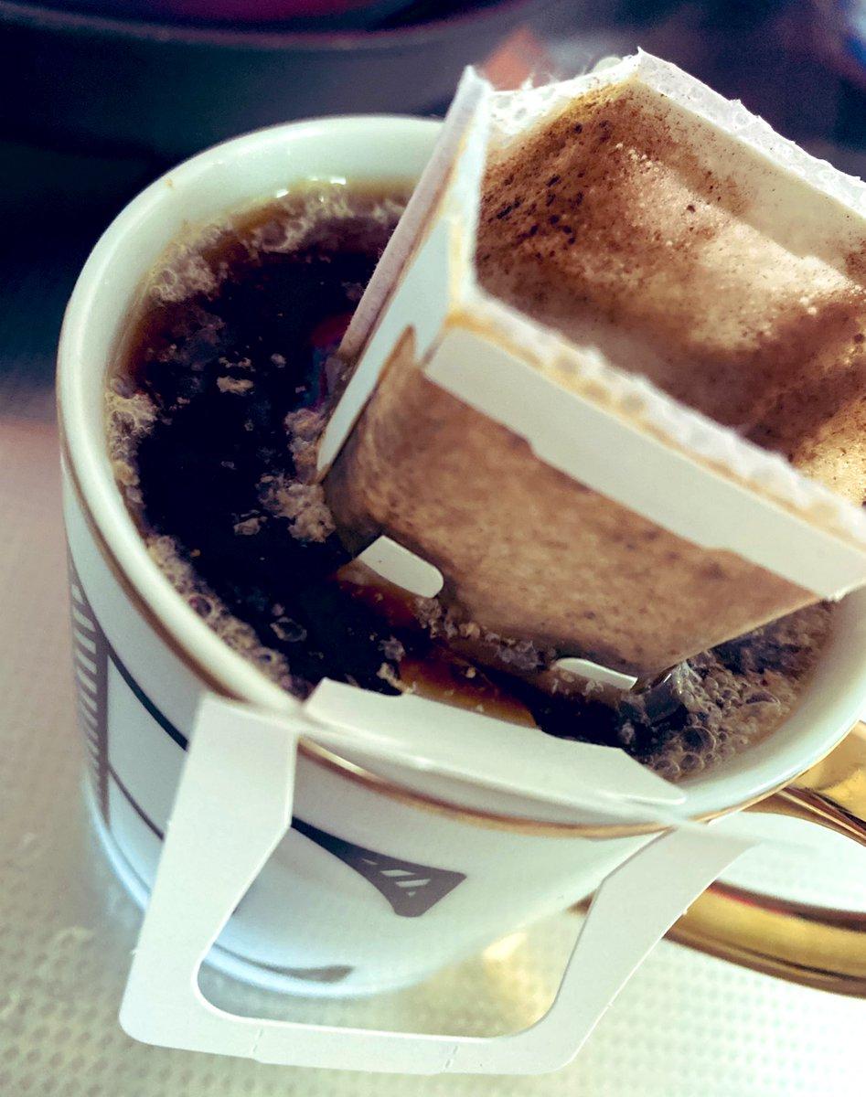 ドリップコーヒー淹れるといつもこうなるんだけど、私だけ?淹れ方の問題???????最後絶対溢れるから手で持ってドリップしてるんだけど、この現象に名前付けるとしたら何????