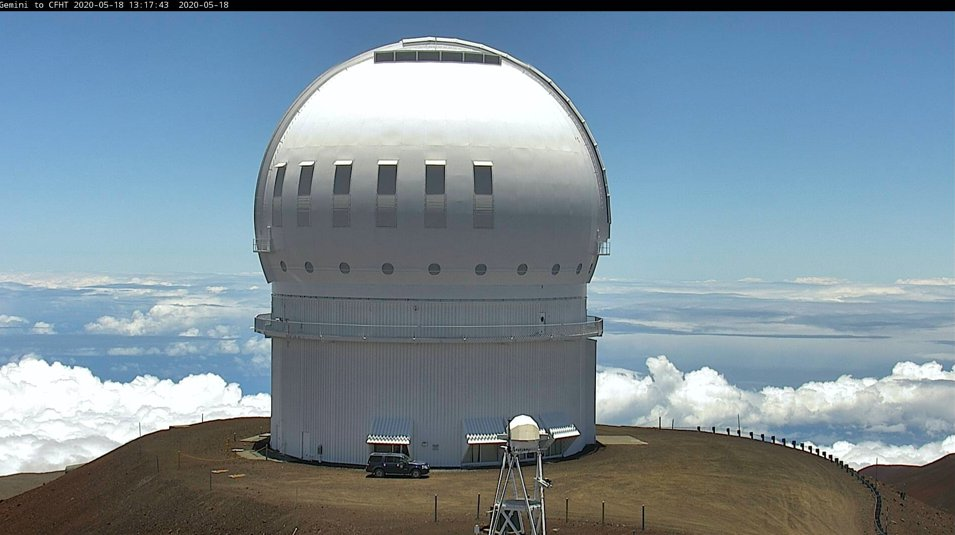 """The summit (and Hilo) experienced """"Lahaina Noon"""", an event unique to the tropics.  At 12:17pm today, the sun passed through zenith or directly overhead.  When the sun is directly overhead, objects cast no shadow. Check out our shadowless dome earlier today!  #LahainaNoon <br>http://pic.twitter.com/s96wh6Kt7F"""
