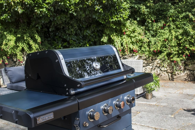Looking for a 4 burner gas bbq with extra functionality? Take a look at the Sahara X450 @Saharabbq featuring 4 burners, additional side  burner & removable grill system which allows you to insert a pizza stone or wok 🔥🔥  Available & in stock from @BBQBarnUK #bbq #gasbbq https://t.co/s09z7QL6l1