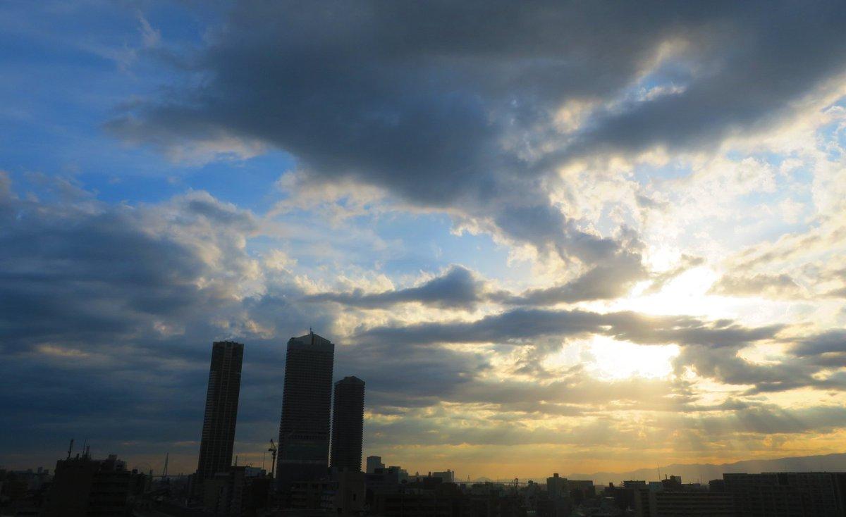 暮れて行きます  今更ですが日が長くなりましたよね6時前なのにお日様はまだこんな場所です①  今鎌倉市の長谷寺の紫陽花がテレビに映っていましたもう咲いていてビックリです 大好きな紫陽花だけはじっくり撮れる希望が出て来ました  ・ #カラー の花言葉 「乙女のしとやかさ」「清浄」 pic.twitter.com/0wQWNxTWg3