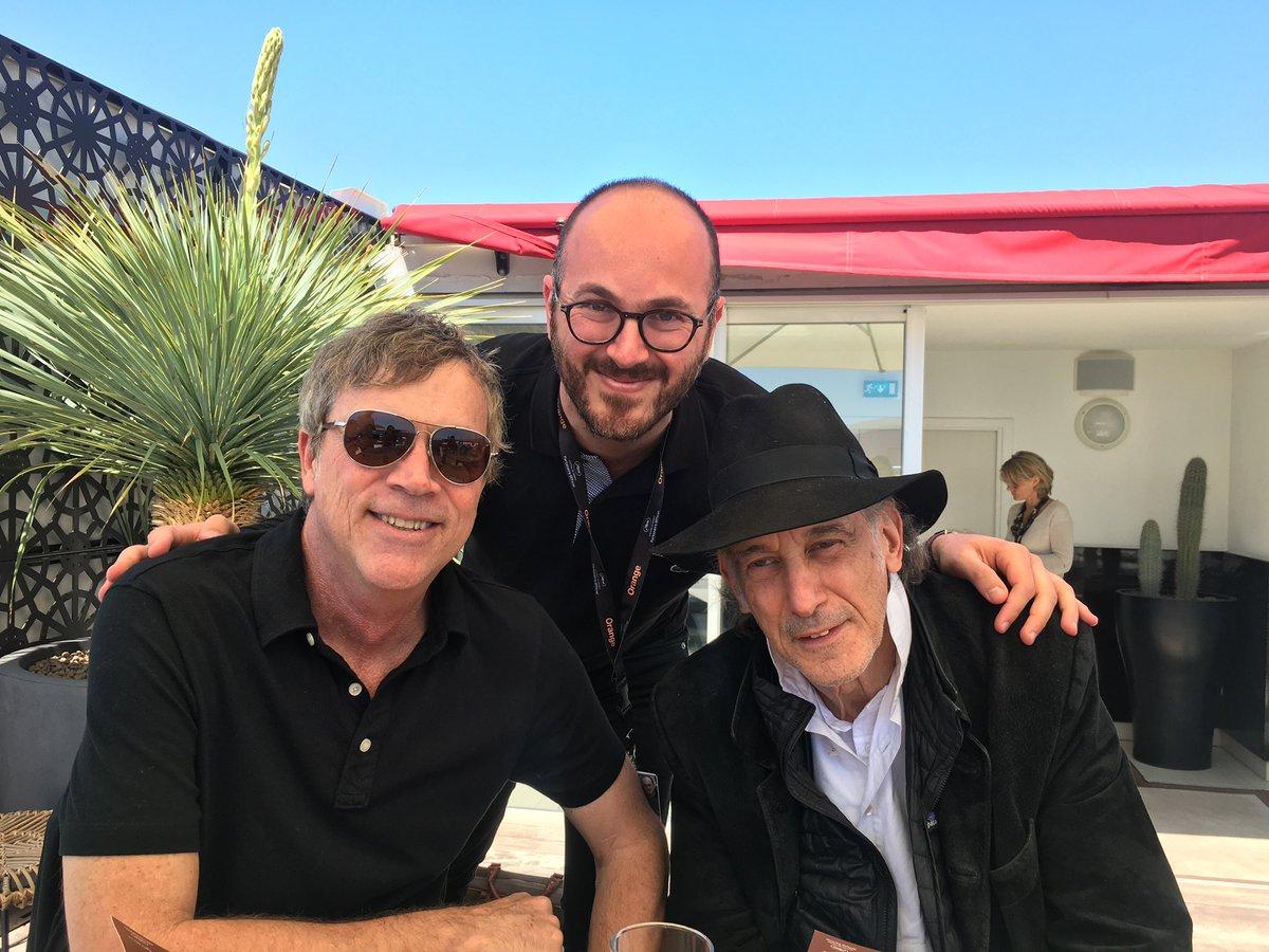 #Cannes2018  Ma plus belle rencontre en 9 éditions du Festival de Cannes.  Un déjeuner avec Todd Haynes et le chef-op Ed Lachman, duo gagnant de #Carol, l'un de mes films préférés (mais je pense que vous le savez).  Il m'a montré ce tableau de son père enfant qu'il a peint. 💜 https://t.co/1Q31UXHb4c