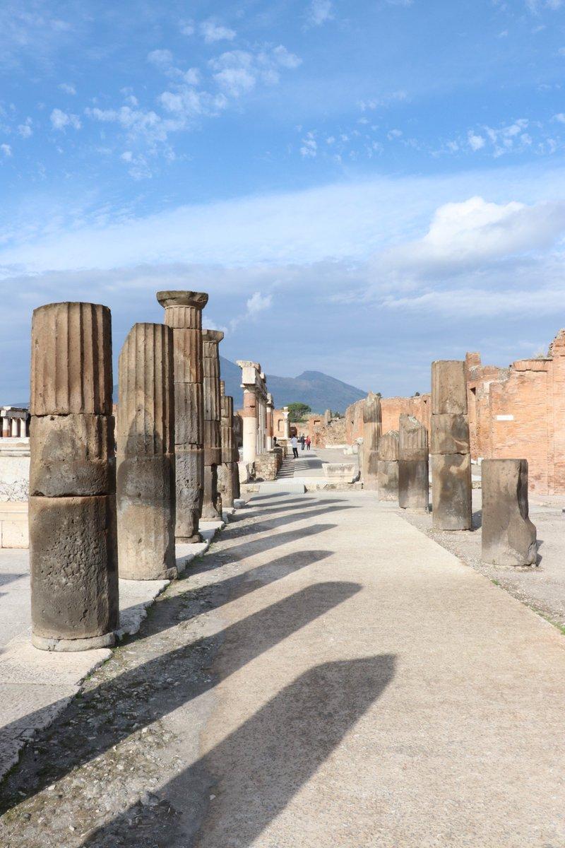 Seulement 2/3 de la cité de Pompéi a été excavée... il reste donc encore beaucoup à découvrir ! Le travail des archéologues est primordial pour comprendre le quotidien de la ville antique, on vous explique tout avec notre #ExpoPompéi Chez Vous : https://t.co/lKfI6z4xZS https://t.co/RbcMaozWdw