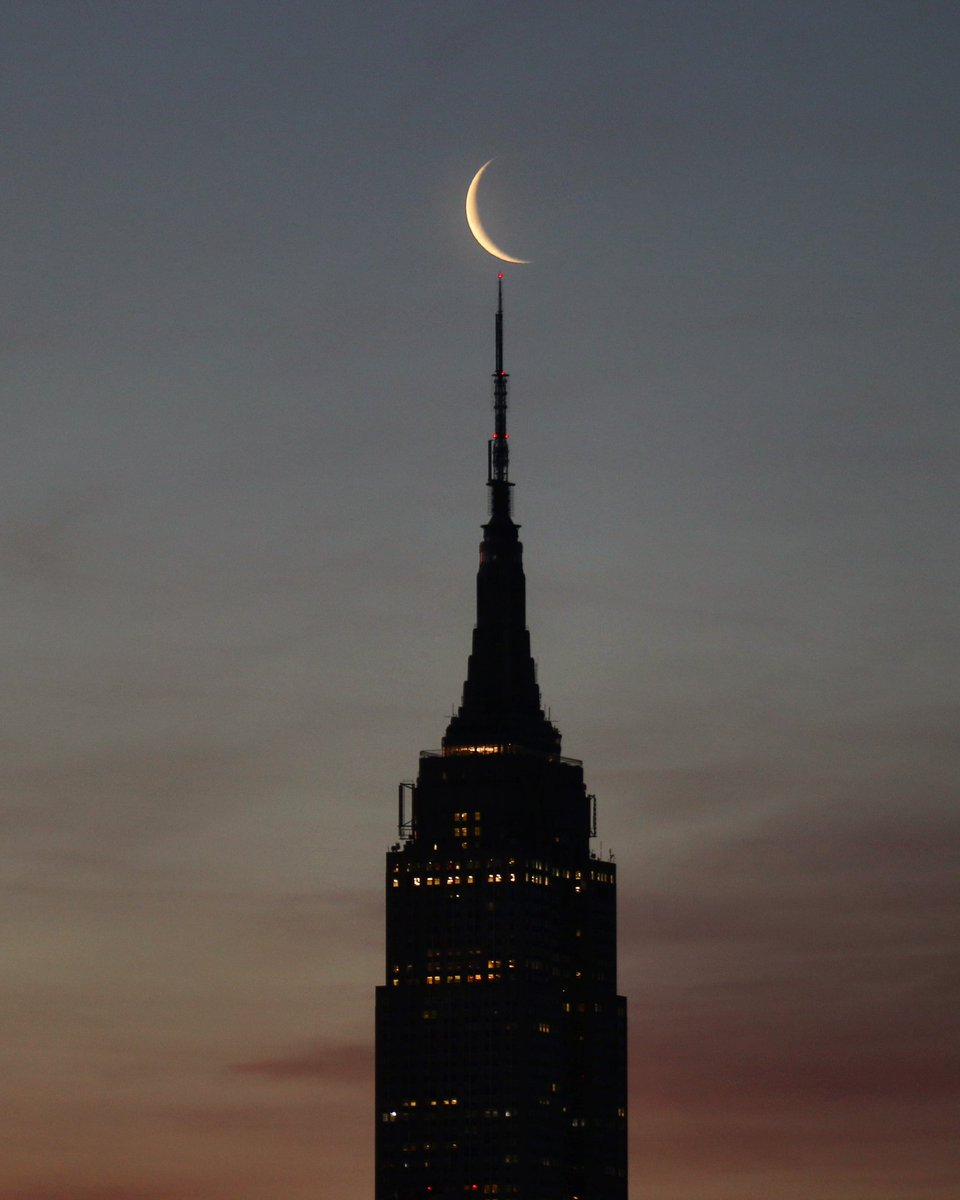 The moon rises behind the Empire State Building as the sun rises in New York City this morning #newyork #newyorkcity #nyc @EmpireStateBldg #hoboken #sunrise #moon @agreatbigcitypic.twitter.com/uyo5qCWVZY