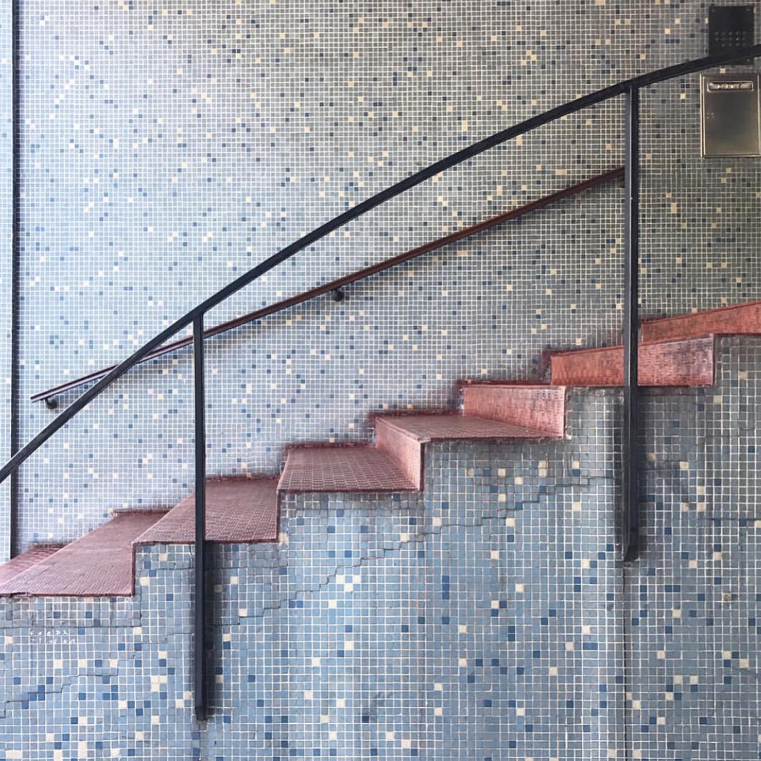 More from the archives from my years of exhaustive exploratory walks around the Buenos Aires barrios. The sexiest modernist stairs, Parque Avellaneda #buenosaires #modernismpic.twitter.com/TKD70Tz3CK