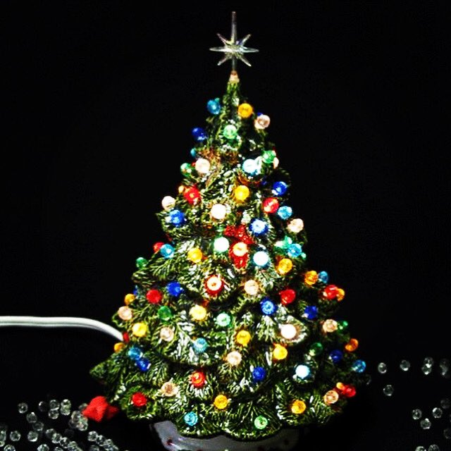 Did you have a version of one of these ceramic #Christmas trees?  #ChicagoHistory pic.twitter.com/m9z9KPsZ7O