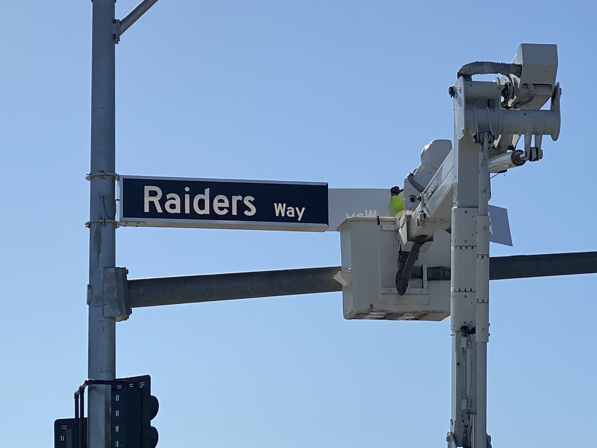 Crews installing Raiders Way street signs near the @Raiders practice facility and HQ in @cityofhenderson. The illuminated ones on traffic lights are Black w/ white lettering. Metal ones are white w/ black lettering. Change from usual green w/ white lettering. #vegas #raiders<br>http://pic.twitter.com/SLtcPVa58z