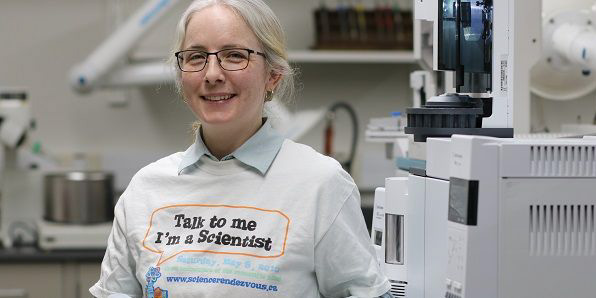 For #SciRen day, we invited you & our partners to #ThinkLikeAScientist! One of our amazing partners @twoodwpg at @uwinnipeg inspires people to think to like a #chemist!  Read her story on our #InnovationShowcase: http://ow.ly/oszf50zJMpT   #STEAM #OdySci #chemistrypic.twitter.com/TU1gDxjXIp