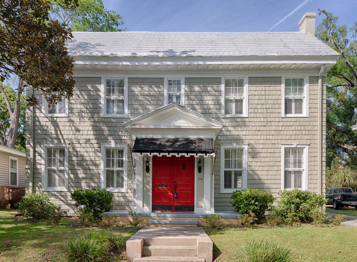 This #classic Colonial home with cedar shingles and red door has huge curb appeal! Click the link for more!  #colonialhome #celiadunnsir #cdsir # historichome #cedarshingle http://www.celiadunnsir.com/eng/sales/detail/519-l-965-jq27ws/116-e-49th-street-ardsley-park-savannah-ga-31405…pic.twitter.com/7SXCb2cXhV