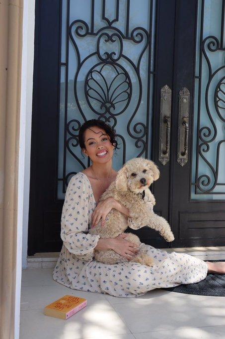 Just posing with a romance novel and a strangers dog 🤷🏻♀️😆 https://t.co/KHvdTTUJh4