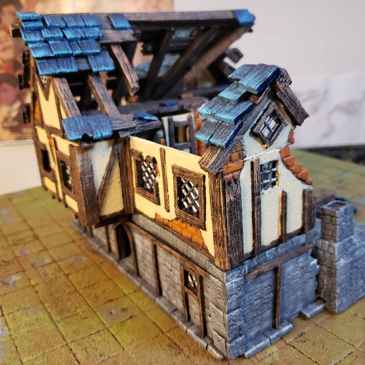 Ruined building is finished!  #diceanddudes #davidstilesandterrain #handmadeterrain #ttrpg #paintedminis #dnd5e #dnd #homebrew #quarantinelife https://t.co/SeE8wGYLOf