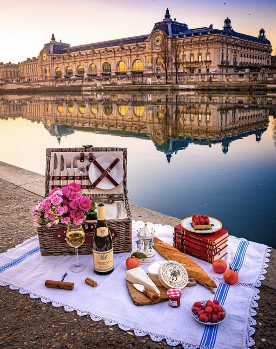 Beautiful spot for a #picnic ... . . #wine #paris #food @lirus @winewankers @LisaRivera2207 @nineov @SteveKubota @talkavino @CaraMiaSG @damewine @suziday123 @heatherrose1814 @RoarLoudTravel @_drazzari @boozychef @SustainableKW @pietrosd @jflorez @always5star  ig/bakemetoparispic.twitter.com/hRGwaHLBME