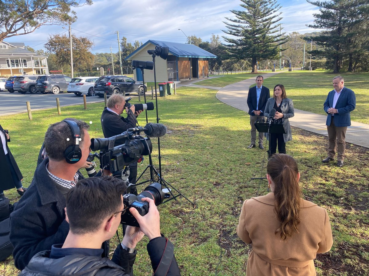 Starting the day with @albomp and @JEChalmers in Narooma.pic.twitter.com/FRVIj0MsdT