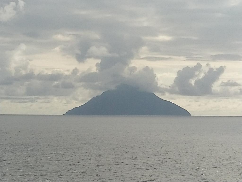 Passing Batu Tara #volcano in #Flores sea, #lava flow visible on East side of the islandpic.twitter.com/wfoEd9mU7t