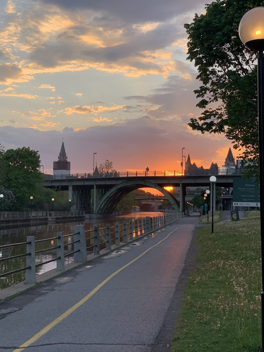 Oh #Ottawa, you are such a unique beauty  pic.twitter.com/2BRt9qWldE