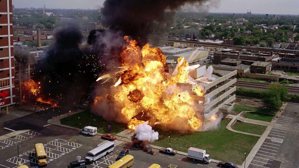 ダークナイト「実際に病院爆破した方が…」インターステラー「実際にコーン畑栽培した方が…」ダンケルク「実際にスピットファイア飛ばした方が…」テネット「実際にボーイング747の実機を爆破した方が…」