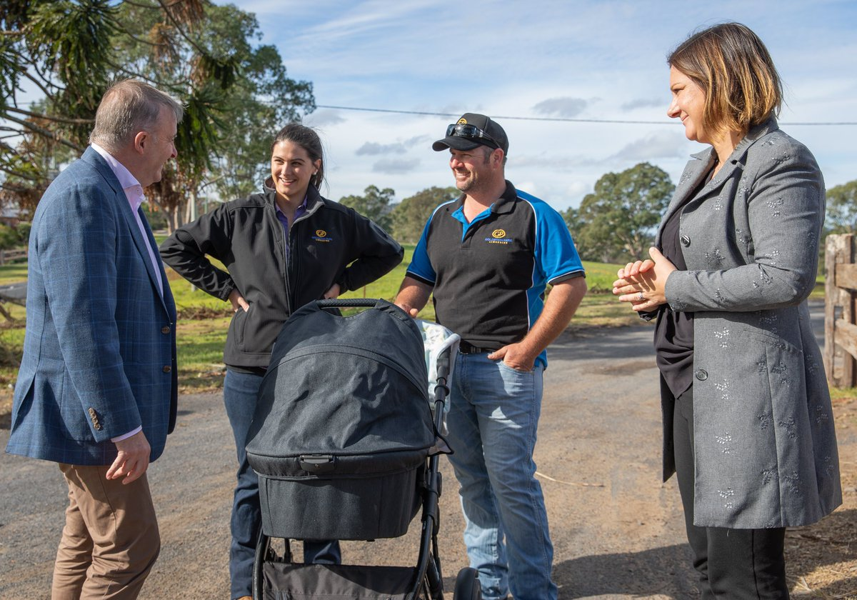 Caught up with Tamara and Craig in Cobargo with @KristyMcBain.   They're showing so much resilience after losing their cattle during the bushfires.  They saved their house – but Craig's brother, sister, parents, grandfather and aunties all lost theirs.pic.twitter.com/gFbb8Pb1U7