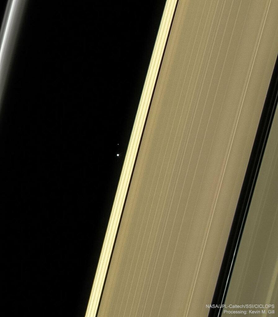 APOD de hoy: Earth and Moon through Saturns Rings  via NASA https://ift.tt/2XqLQvq #In pic.twitter.com/U7rItJdnuW