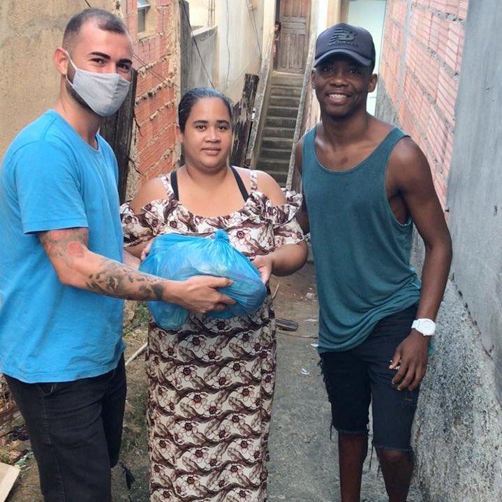 O atacante Wendy, ex-Linhares, iniciou as doações de alimentos que recebeu para famílias carentes do município devido a pandemia do novo coronavírus.   Divulgação/Instagram   #Linhares #Solidariedadepic.twitter.com/kPK6nFY0CD