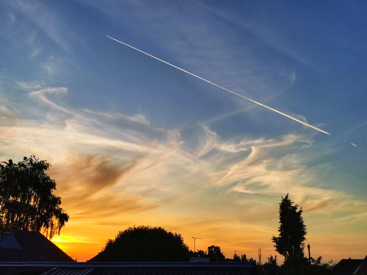 Flick of a paintbrush #stormhour #ThePhotoHour #sunrise pic.twitter.com/5bAR1Ic2aV