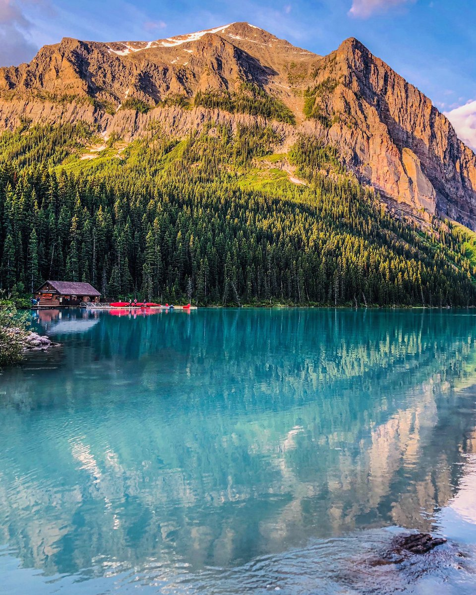 Do you know that Lake Louise was renamed twice? 🔘 It was first named Ho-Run-Num-Nay (meaning lake of little fishes) by Stoney natives. 🔘 Canadian railway worker Tom Wilson named it Emerald Lake in 1882. 🔘 In 1884, it was renamed Lake Louise after Queen Victoria's daughter.