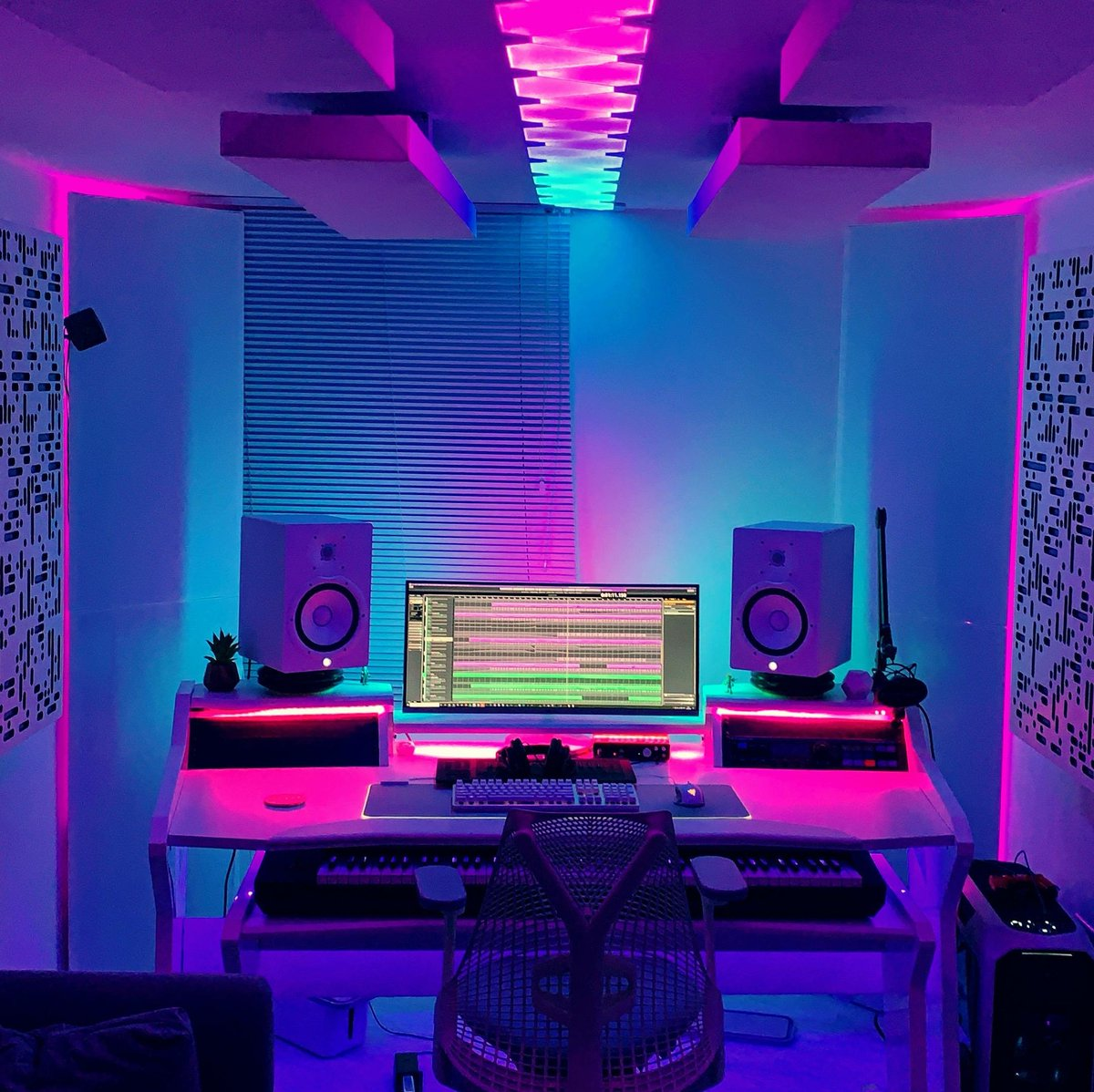 The jaw dropping music studio/gaming space of @ramesesb. This is peak RGB and i love it.  #setup #setups #gamingsetup #gamingsetups #setupgamer #gamersetup #gamersetups #rgbeverything #rgbsetup #rgbsetups #rgbdesk #rgbgaming #rgbgamer #studiosetup #studiovisit #setuptour pic.twitter.com/CvKuSVpaE6