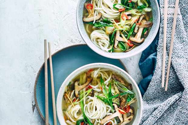 In need of a healthy yet warming midweek meal? Try this low calorie, #vegan miso shiitake mushroom ramen for an easy #dinner for two. Packed with yummy veggies and delicious flavours #weightlossjourney #nutrition #healthy #WednesdayMotivation #Foodie #food #Cooking #fitness #eatpic.twitter.com/wtx3u7UELD