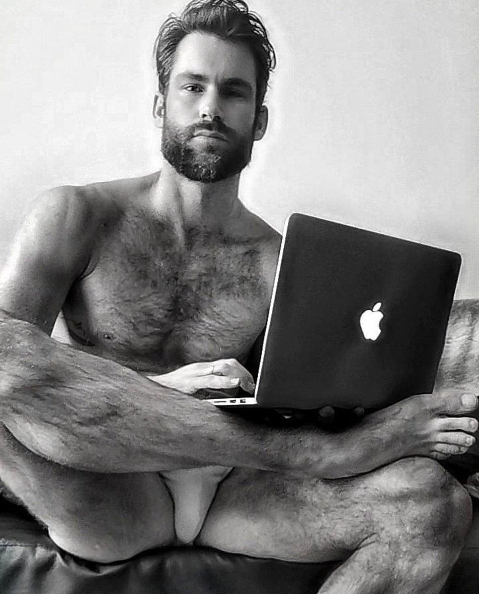 Look at all that hair  #men #hairymen #feetpic.twitter.com/chsG1pBxWu