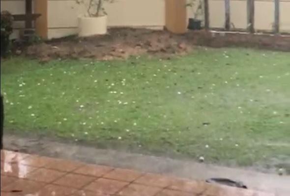 #ICYMI Beberapa kawasan di Ipoh dikejutkan dengan hujan air batu  #AWANIviral #AWANInews https://t.co/ROfiatnVEa https://t.co/E8WSV6fTZf