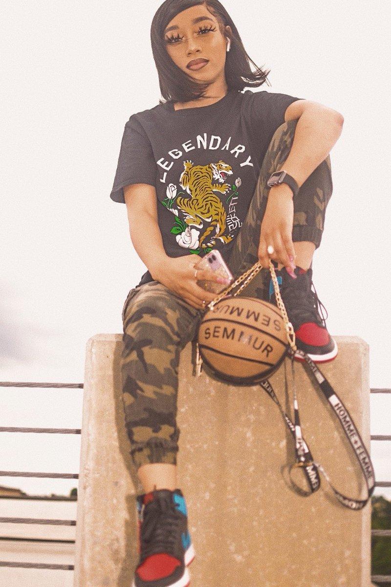 Hood fame, everybody know my name when I come through.  . . #blackfemaleblogger #lifestyleblogger #fashionblogger #transparentblackgirl #styleinspo #styleblogger #blackgirlswhoblog #blkgirldaily #collegefashionista #cfashionista #browngirlbloggers #browngirlswhoblog pic.twitter.com/8DAycA8Lwv