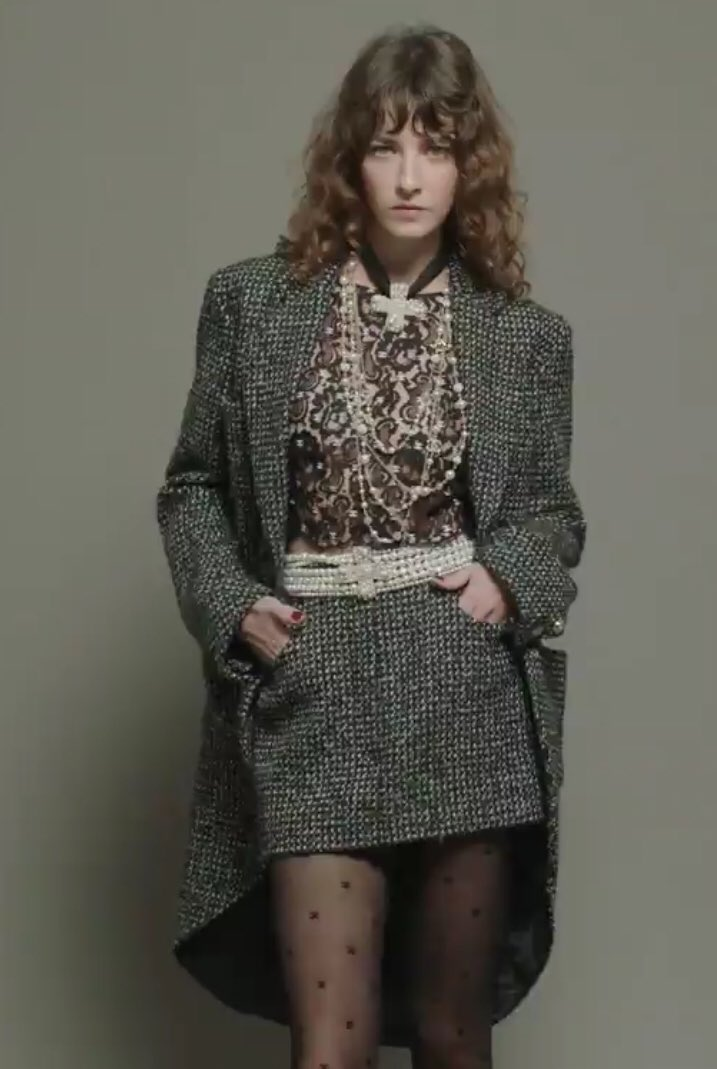 Zoom sur le 19e passage du défilé  de la collection #CHANEL prêt-à-porter automne-hiver 2020/21, imaginée par #VirginieViard #ChanelFallWinter #FallCollection  👉 https://t.co/HpUumpd1gi L'héritage de Coco Chanel #espritdegabrielle https://t.co/OBduhGheJl